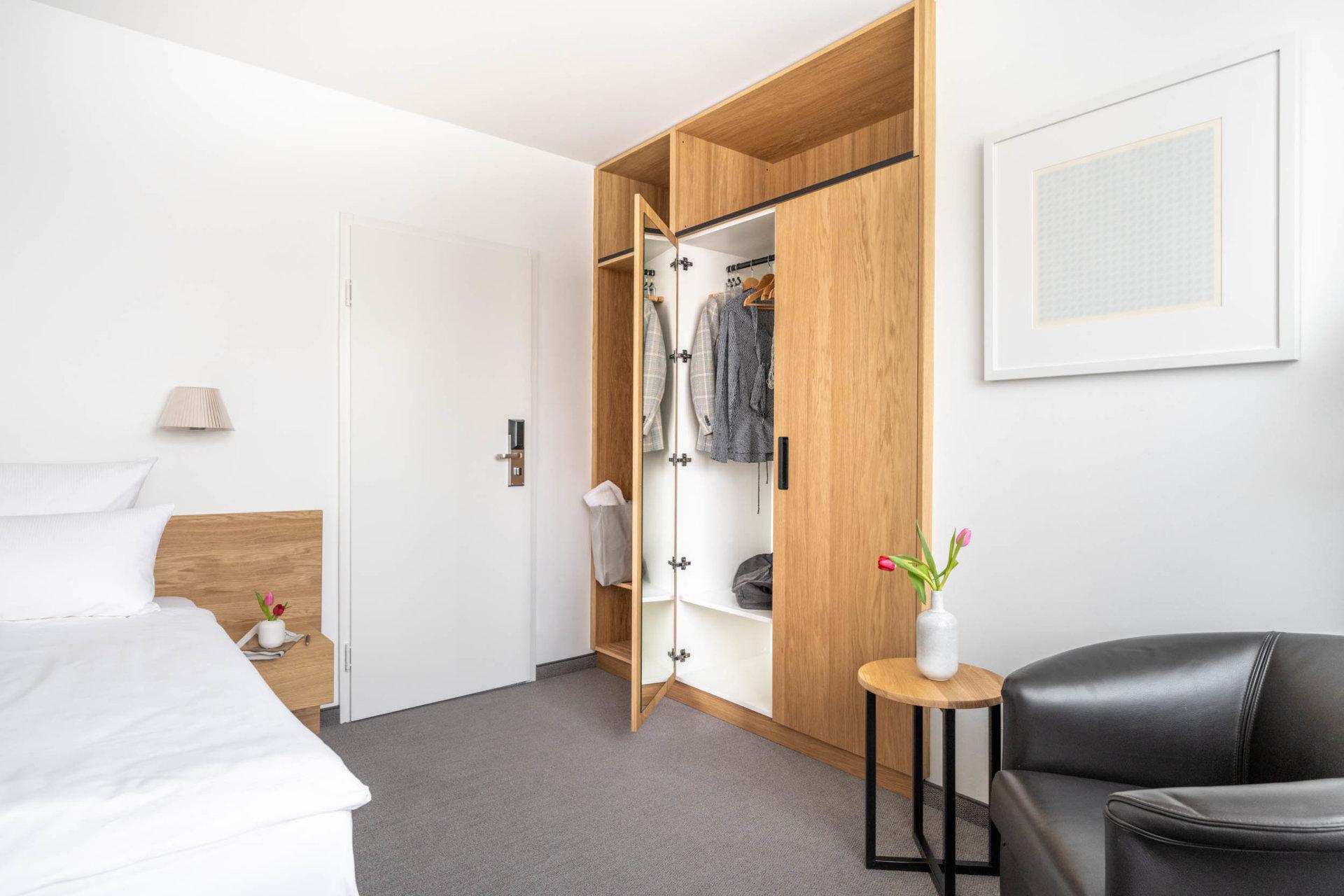 Standard Zimmer Haupthaus Kleiderschrank