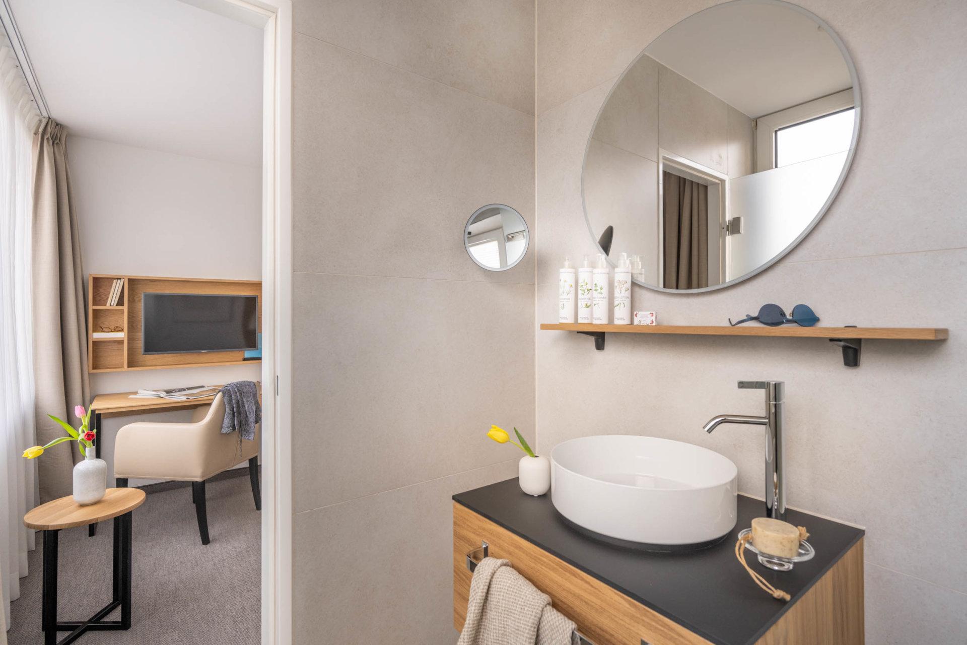 Standard Zimmer Haupthaus Badezimmer und Blicks ins Zimmer